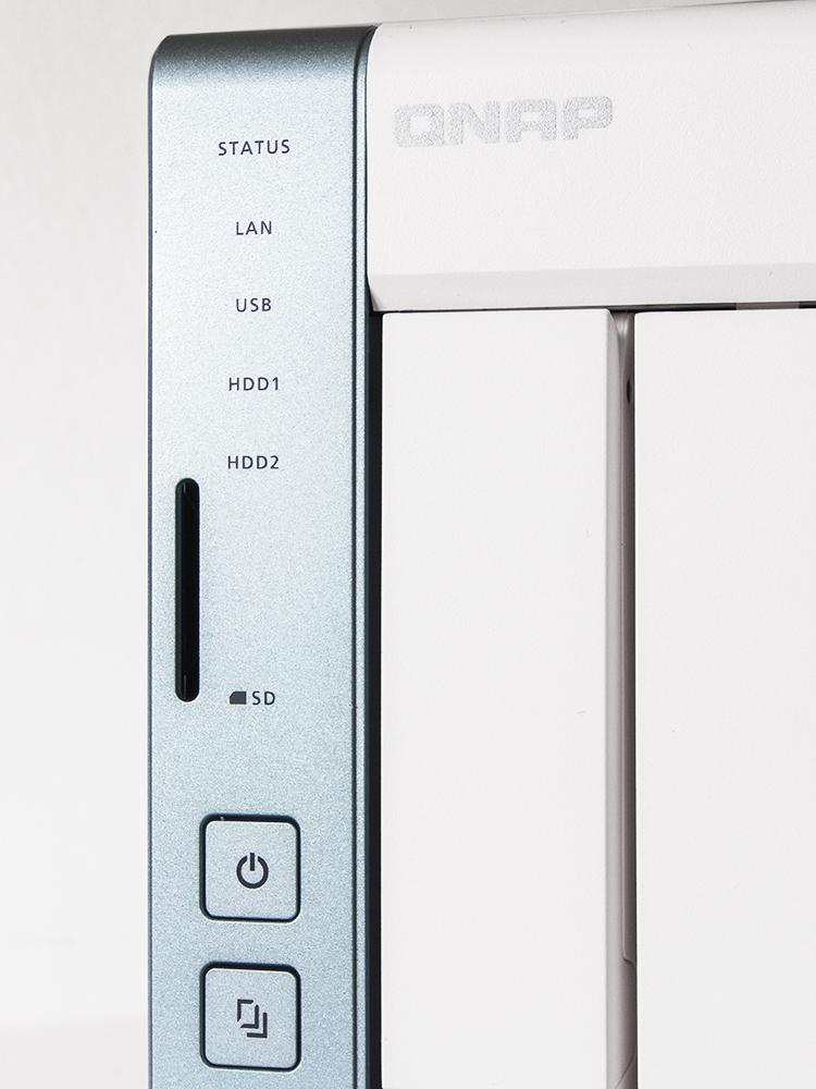 QNAP TS-251A posiada złącze kart SD. Przycisk szybkiego kopiowania znajdujący się na obudowie umożliwia łatwe przeniesienie zawartości urządzenia zewnętrznego.