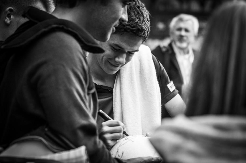 Po kolejnym zwycięstwie na PEKAO Szczecin OPEN 2014 Kamil Majchrzak nie mógł odpędzić się od kibiców, ale najwyraźniej sprawiało mu to przyjemność. / autor: Szymon Bugaj