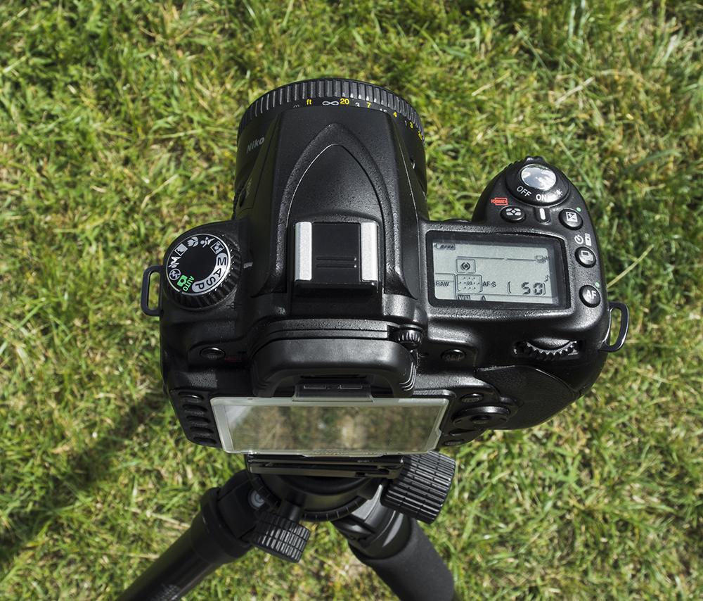 Górny wyświetlacz LCD jest przydatny również w trakcie fotografowania ze statywu.