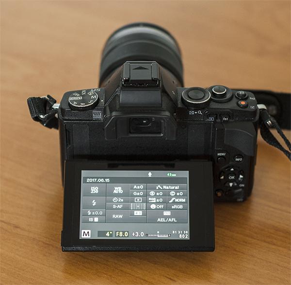 Użytkownicy bezlusterkowców pozbawionych dodatkowego wyświetlacza, w celu łatwego ustawienia parametrów, mogą wykorzystać monitor lub wizjer.
