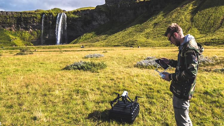 Podczas filmowania na Islandii posługiwałem się dronem DJI Inspire 1 RAW, który był problematyczny pod względem transportu. Posiadanie mniejszego drona byłoby w tej sytuacji wygodniejsze!