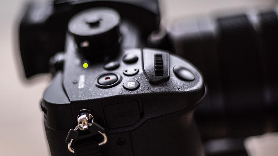Przycisk nagrywania umieszczony został obok migawki, na górnej części korpusu co znacząco ułatwia pracę