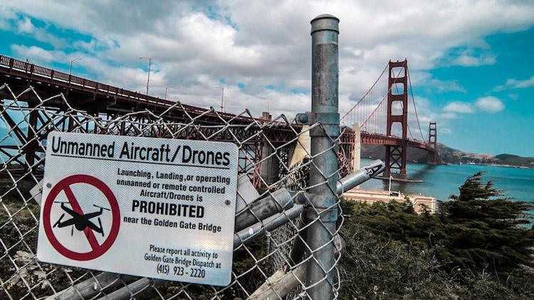 Choć most Golden Gate wyglądałby pięknie z lotu ptaka, należy liczyć się z surowymi karami za latanie dronem dookoła niego. Warto sprawić lokalne regulacje prawne wcześniej!