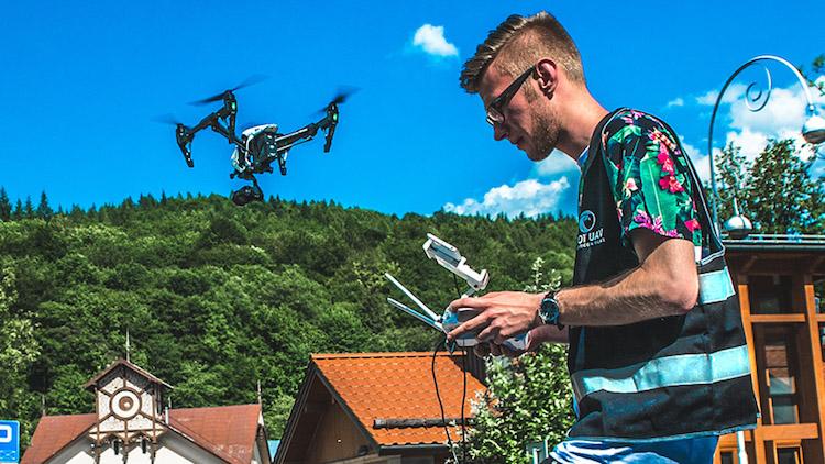 Kamizelka sprawia że jesteśmy bardziej widoczni podczas lotów. Jest to także wymóg polskiego prawodawstwa w zakresie latania UAV