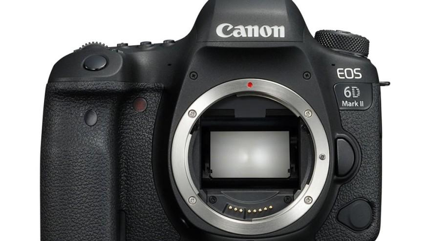 """Nowy Canon 6D EOS Mark II jest dużo wygodniejszy w noszeniu niż jego poprzednik. Grip nowego korpusu jest zdecydowanie """"głębszy"""", co powoduje, że cały zestaw możemy spokojnie trzymać w jednym ręku."""