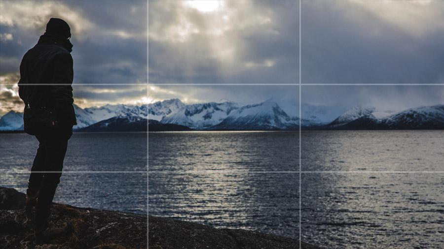 Postać po lewej stronie kadru znajduje się na przecięciu dwóch linii. Prawa część kadru pozostaje pusta, sprawia to że odczuwamy przestrzeń i kompozycja całości jest dużo przyjemniejsza w odbiorze.
