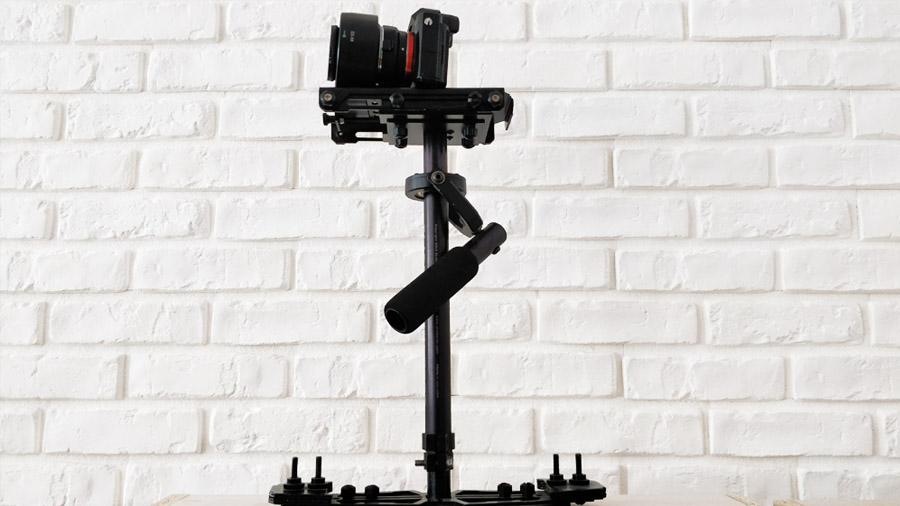 Glidecam HD-2000 wraz z zamontowanym aparatem Sony A7s