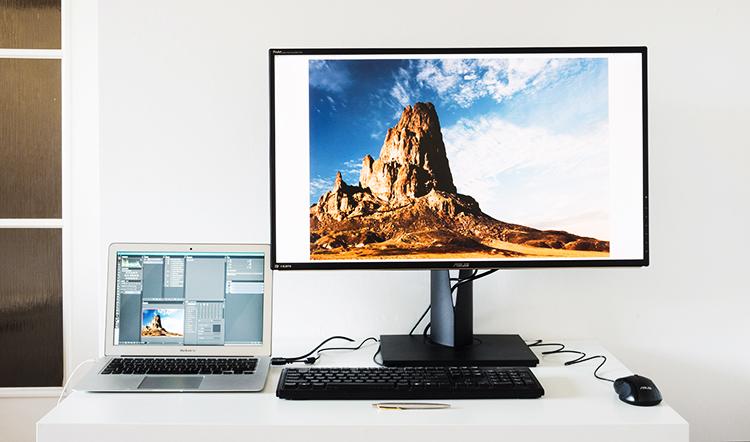 Profesjonalny monitor ASUS PA329Q można połączyć z dodatkowym ekranem, np. Airbooka. Chociaż monitor ultrabooka jest bardzo wysokiej jakości, to nie jest w stanie dorównać profesjonalnemu monitorowi fotograficznemu, który obsługuje przestrzenie barwne 100% gam Rec. 709, 100% sRGB, 99.5% Adobe RGB, 90% DCI-P3 i Rec. 2020. Pomijając oczywiście rozmiary obu ekranów.