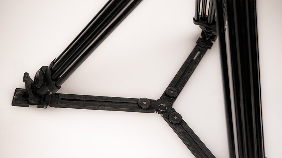 Charakterystyczny krzyżak dodatkowo zabezpiecza konstrukcję statywu filmowego.