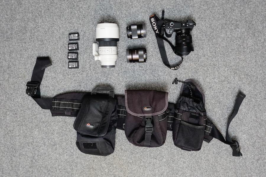 """Zestaw do profesjonalnej fotografii - Zestaw """"bojowy"""" do szybkiej reporterki, tam, gdzie niezbędna jest mobilność, szybka praca. Czasem zabieram dwa korpusy (dodatkowo np. A6000). Jednak najczęściej... patrz pod koniec artykułu ;)"""