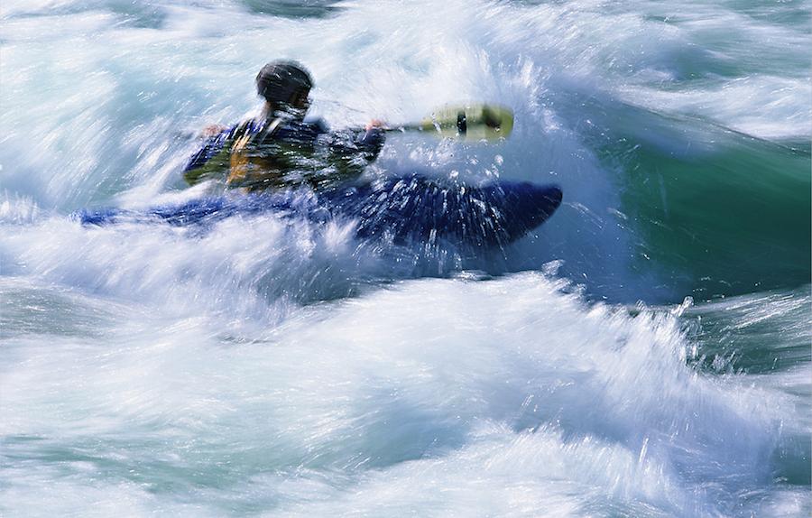 Rodeo kajakowe - Nepal, 2002; obiektyw 80-400mmZastosowanie teleobiektywu z systemem stabilizacji obrazu - dzięki możliwości wydłużenia czasu ekspozycji, daje ogromne, nowe możliwości rejestracji ruchu - np. wody.