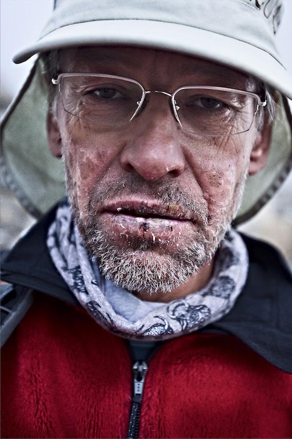 Zestaw do profesjonalnej fotografii - Piotr Pustelnik po zejściu ze wspinaczki powyżej 7000m n.p.m. na Południowej Ścianie Annapurny. Dobry, standardowy (50mm) obiektyw zawsze się może przydać. Nepal, rok 2005.
