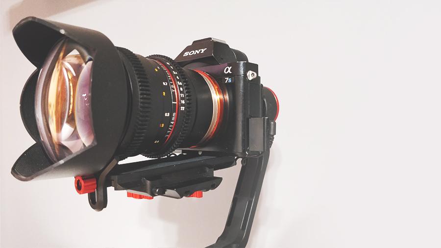 Gimbal jest w stanie obsłużyć aparaty wraz z obiektywami o łącznej wadze do 2kg. Całość montowana jest za pomocą przyjaznej szybkozłączki. Zestaw na zdjęciu składa się z A7s oraz obiektywu Samyang 14 mm.