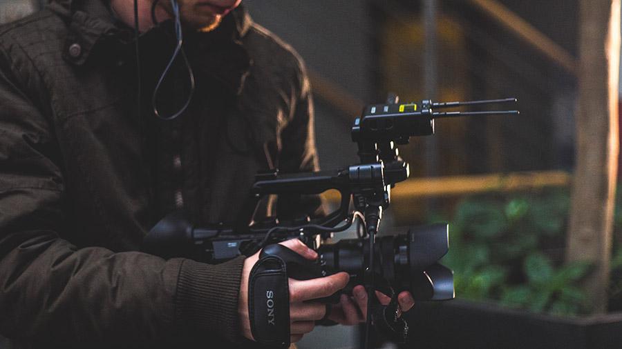 Kompaktowa konstrukcja oraz dodatkowy grip sprawiają, że Sony FS5 wspaniale sprawuje się nawet podczas filmowania z biodra.