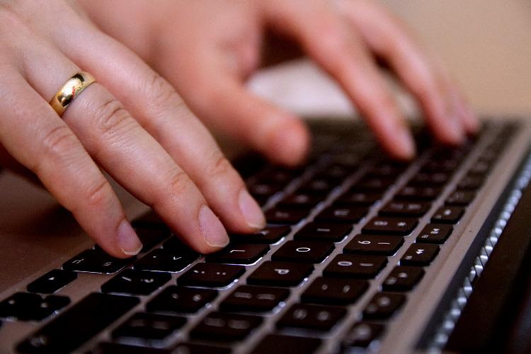 klawiatura i dłonie