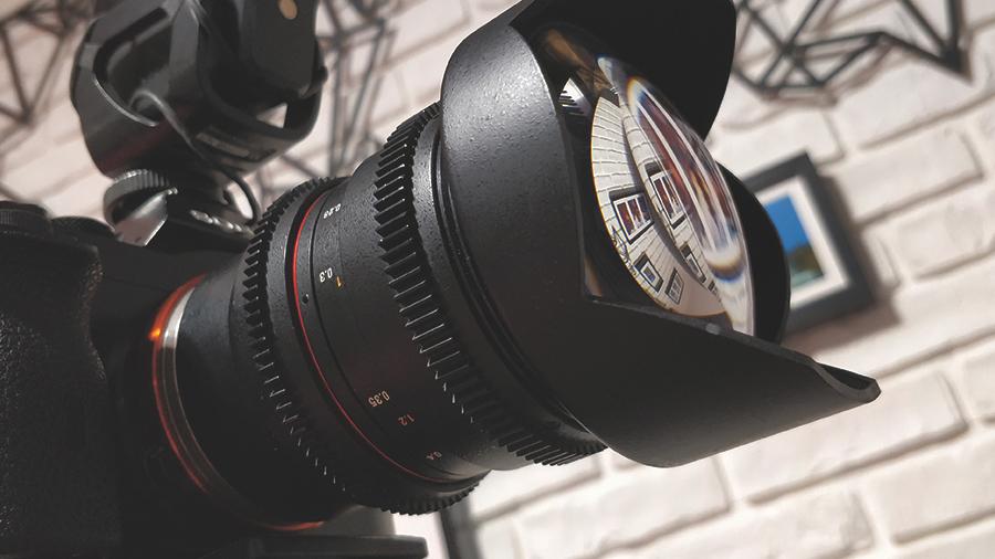 Obiektywy Samyang to świetna jakość obrazu w przystępnej cenie. Na zdjęciu ceniona ogniskowa 14mm dająca 114 stopni w polu widzenia.