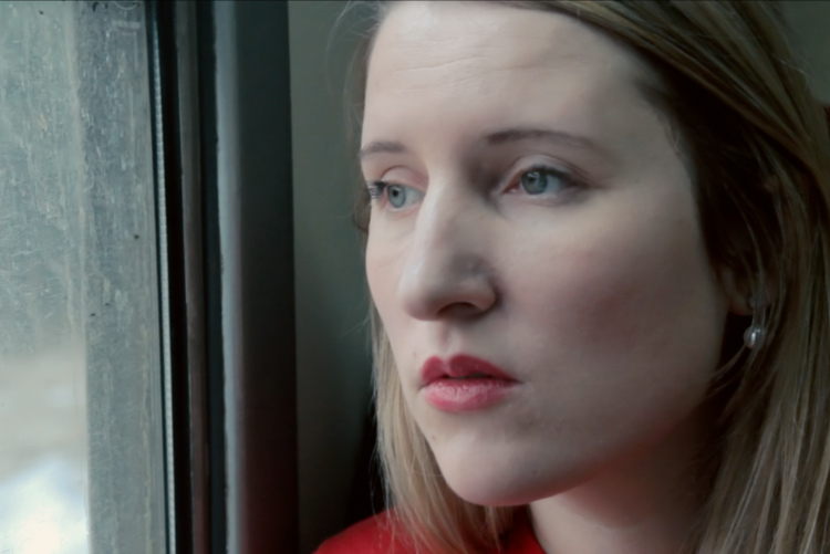 portret kobiety przy oknie