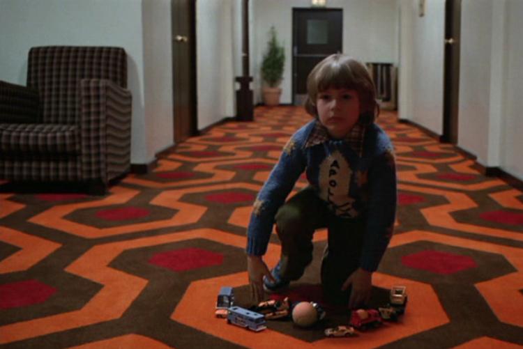 Dziecko na dywanie w hotelu