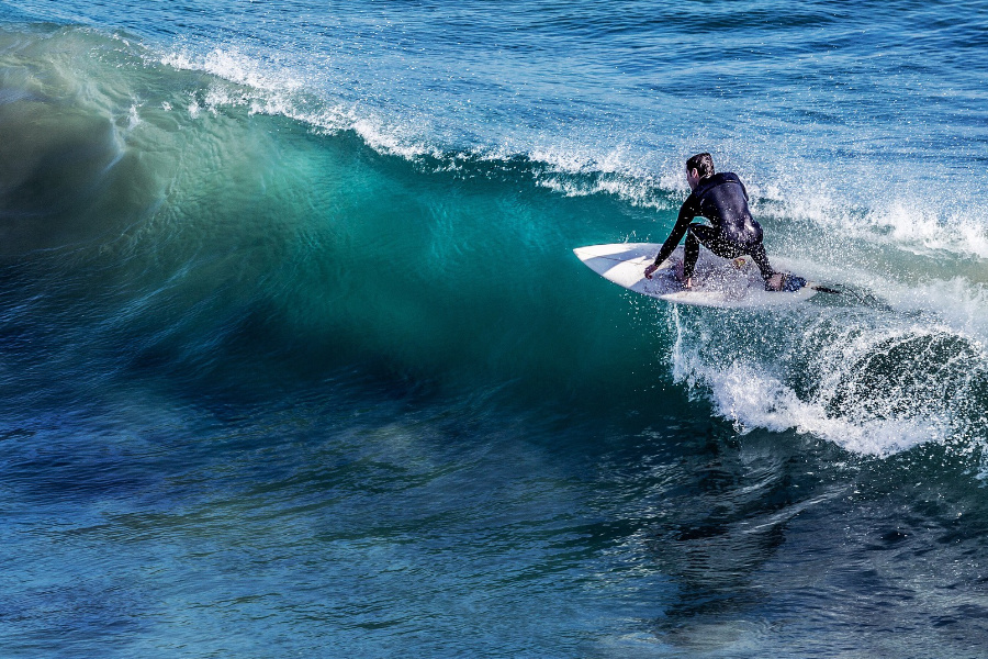 Surfer na fali