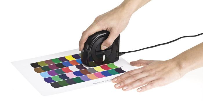 Dla nietypowych powierzchni wydruków nie ujętych przez producenta Profile ICC możemy wykonać samodzielnie za pomocą spektrofotometru i dołączonego oprogramowania
