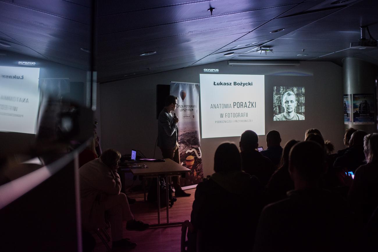 Łukasz Bożycki w trakcie wykładu współorganizowanego przez Ceyfrowe.pl i Olympus. Festiwal podróżniczy KOLOSY, Gdynia 8.03.2019