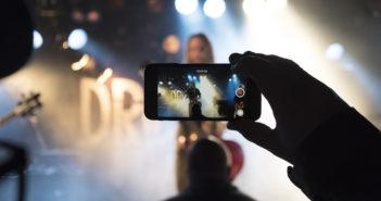 Smartfon to świetne narzędzie do filmowania, widać to szczególnie na imprezach masowych.