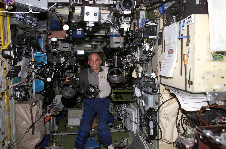 Astronauta Jeffrey N. Williams na pokładzie Międzynarodowej Stacji Kosmicznej w otoczeniu sprzętu fotograficznego. / Źródło: NASA