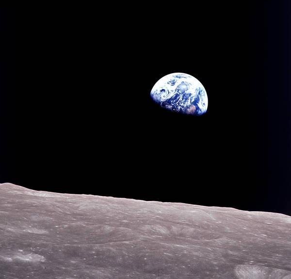 Ikoniczna fotografia nazwa Wschód Ziemi powstała podczas misji Apollo 8. Astronauta Bill Anders użył Hasselblada z obiektywem 250 mm naprzysłonie f/11. / Źródło: NASA