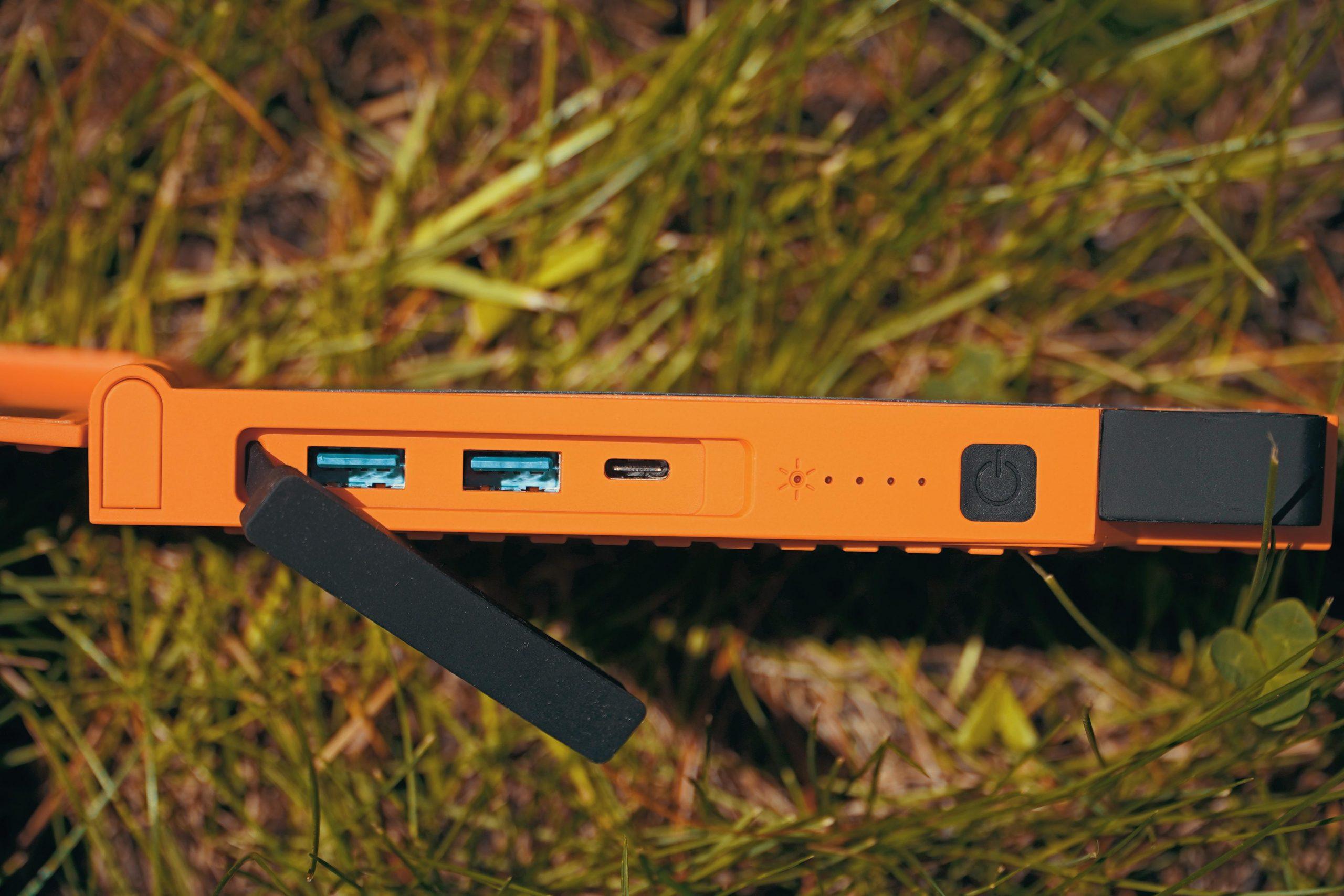 Powerbank X-torm XXR105 posiada dwa porty USB i jeden port USB-C, co pozwala ładować kilka urządzeń na raz.