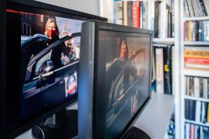 Monitor biurowy (z przodu) i graficzny (z tyłu) pod kątem. Fot. Jarosław Respondek