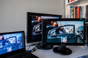 Na pierwszy rzut oka patrząc na monitor graficzny (z tyłu) i monitor biurowy (z przodu) różnią się nasyceniem, kolorami, ale sprawa dynamicznie się zmienia gdy... Fot. Jarek Respondek