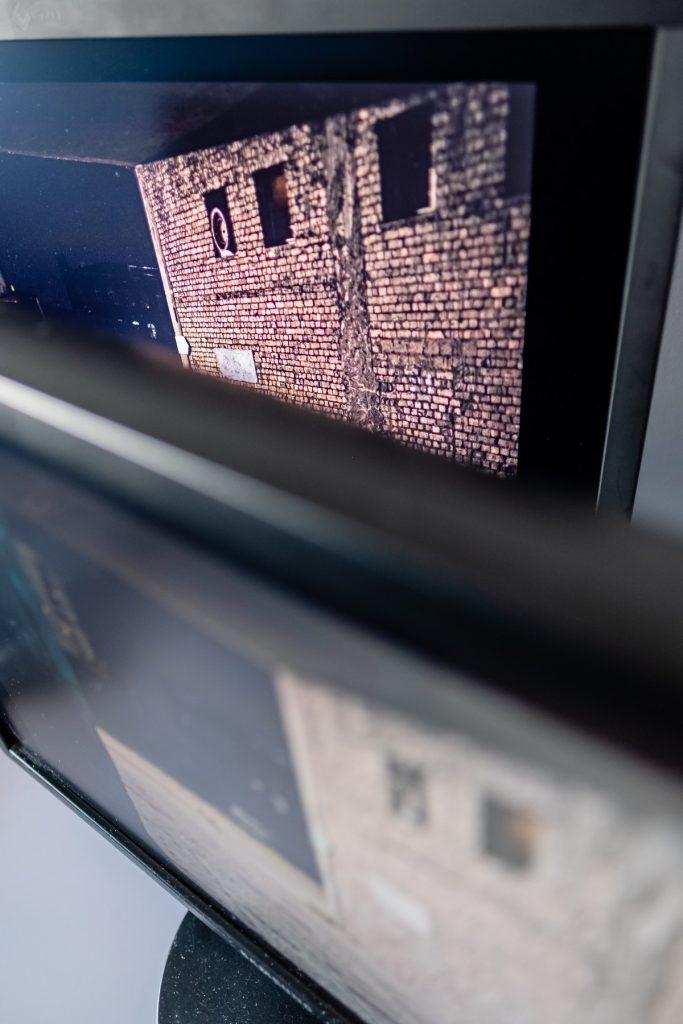 Pod kątem nasycenie cegieł zdecydowanie korzystniejsze i zgodne z rzeczywistością w przypadku monitora graficznego (u góry). Fot. Jarek Respondek