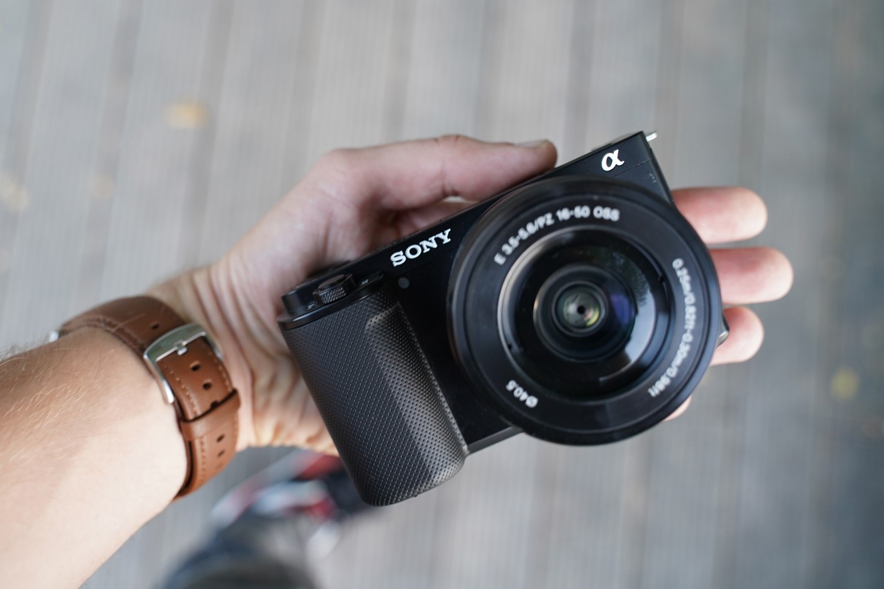 Sony ZV E10 mieści się w dłoni, jest wygodny i mobilny prawie jak smartfon, ale posiada możliwość zmieniania obiektywów!